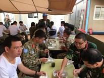 """Những """"anh nuôi"""" trổ tài nấu món ngon thuần Việt tại Nam Sudan"""