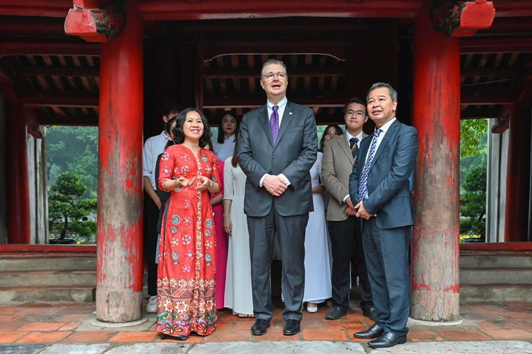 Đại sứ Mỹ Daniel J. Kritenbrink đến thăm Văn Miếu Quốc Tử Giám