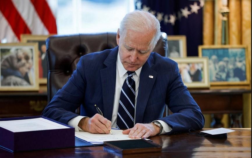 Tổng thống Mỹ Biden ký ban hành gói cứu trợ COVID-19 lớn nhất lịch sử