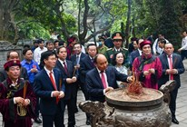 Vietnam president makes incense offering to Hung Kings
